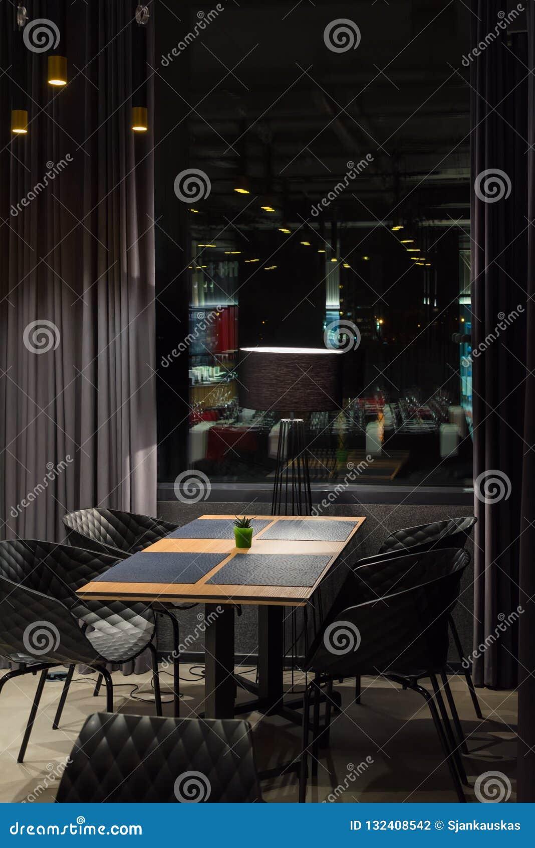 Réflexion intérieure de fond de couleurs foncées de table de salle à manger de café