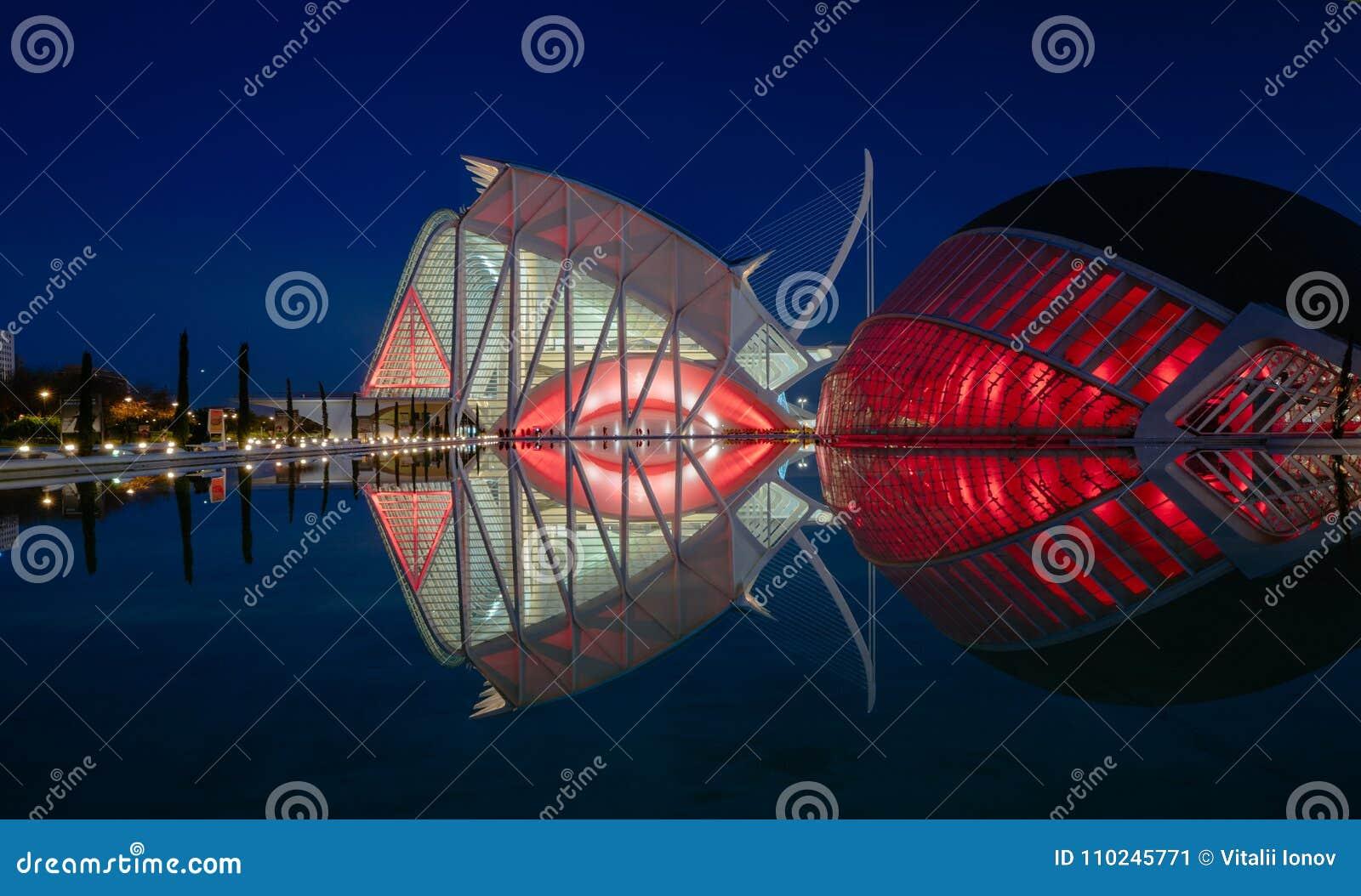 Réflexions dans l eau après coucher du soleil dans la ville de l art et de la science Valence, Espagne