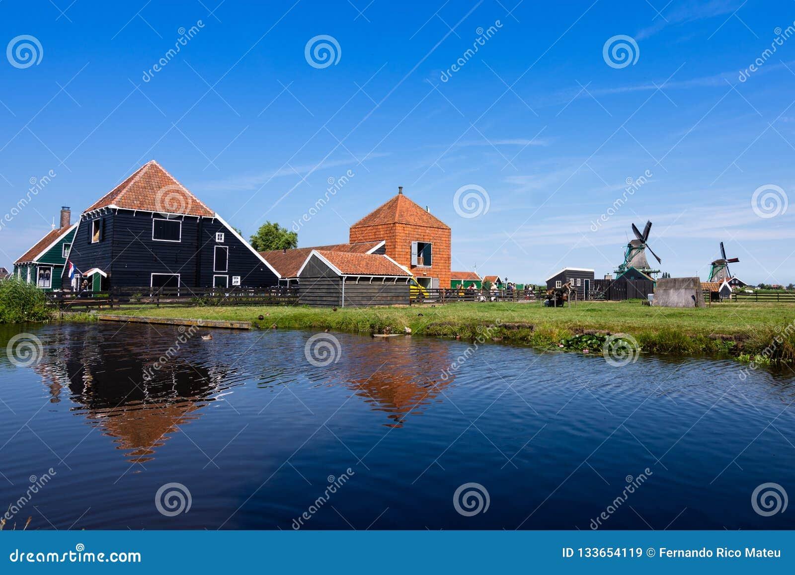 Réflexions dans l eau des fermes et des moulins à vent un beau jour, avec un ciel bleu ZAANSE SCHANS holland