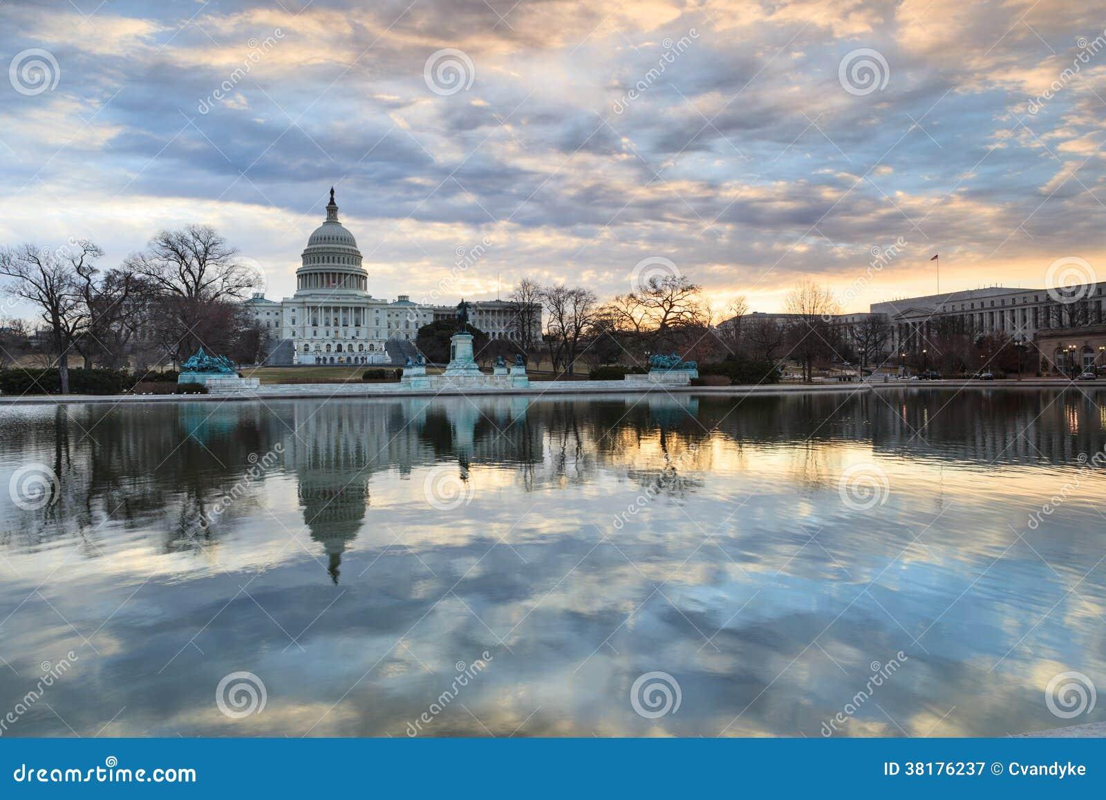 Réflexions de capitol des USA de lever de soleil de Washington DC