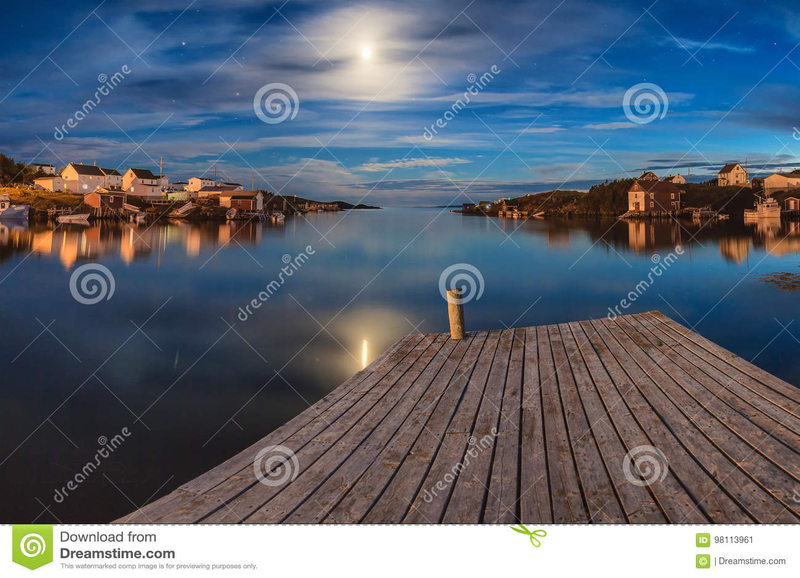 Réflexions de minuit de lune au-dessus des îles de changement, Terre-Neuve