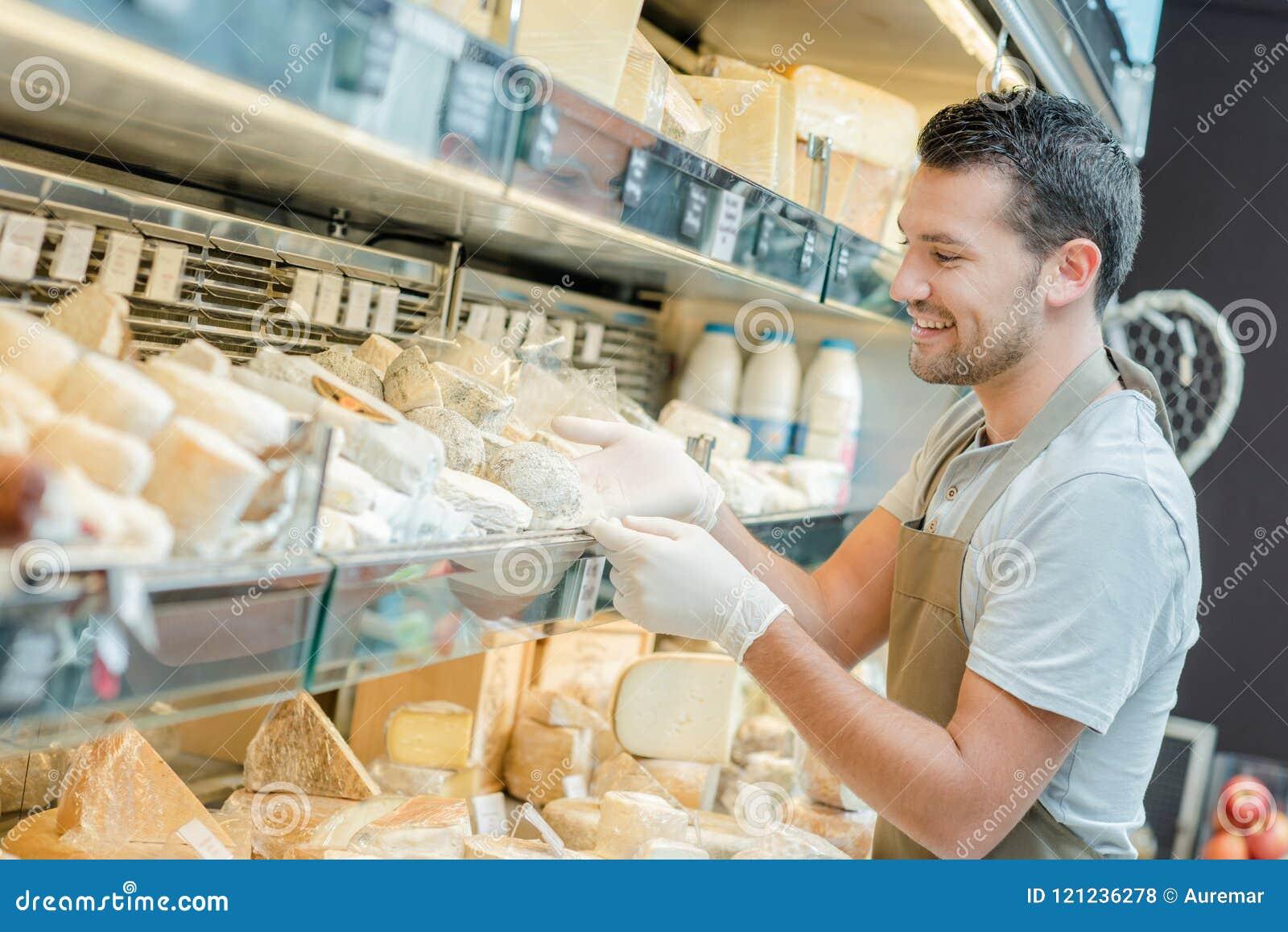 Réfrigérateur complètement de fromage