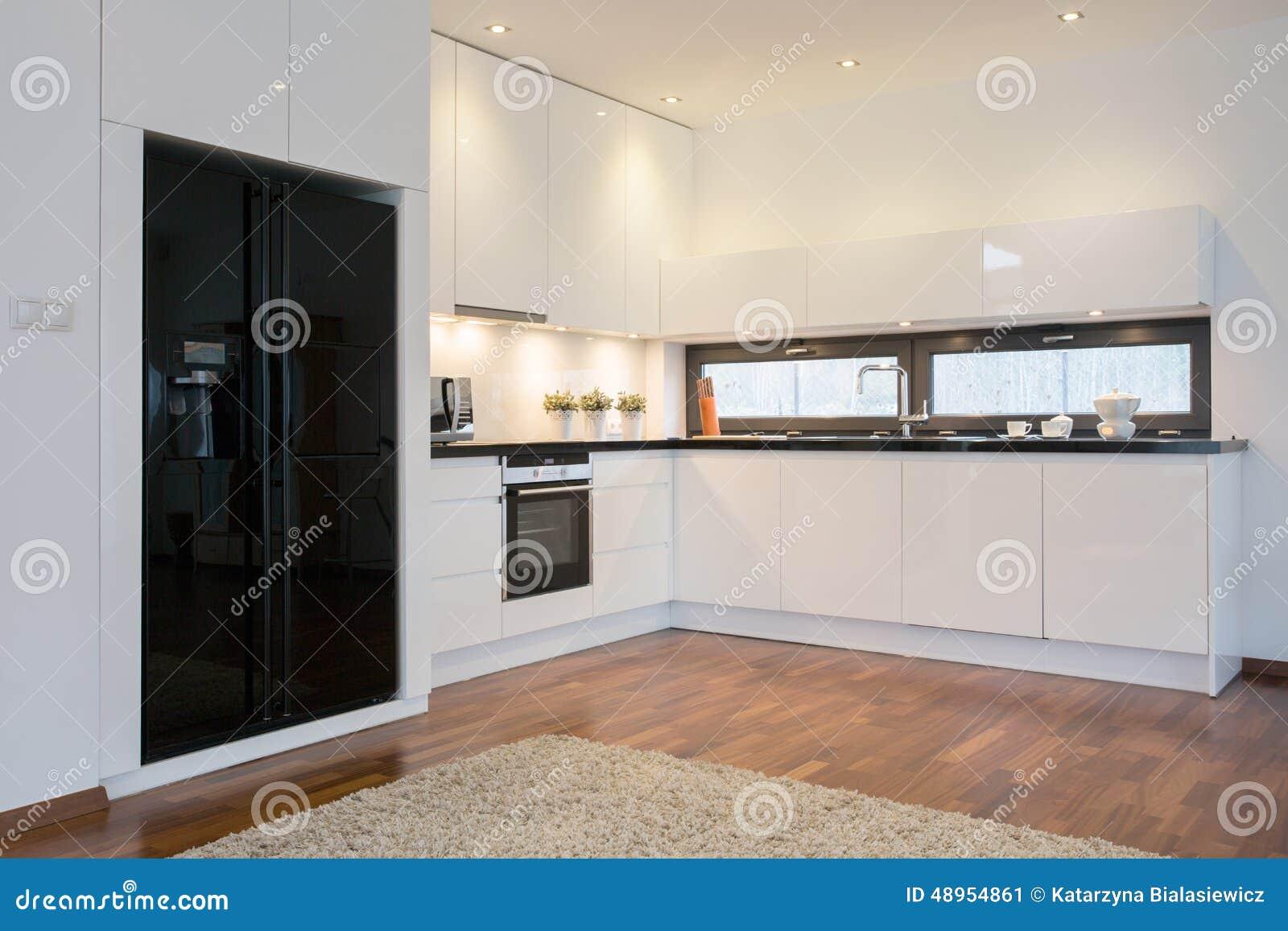 Réfrigérateur Noir Dans La Cuisine Lumineuse Image stock - Image ...