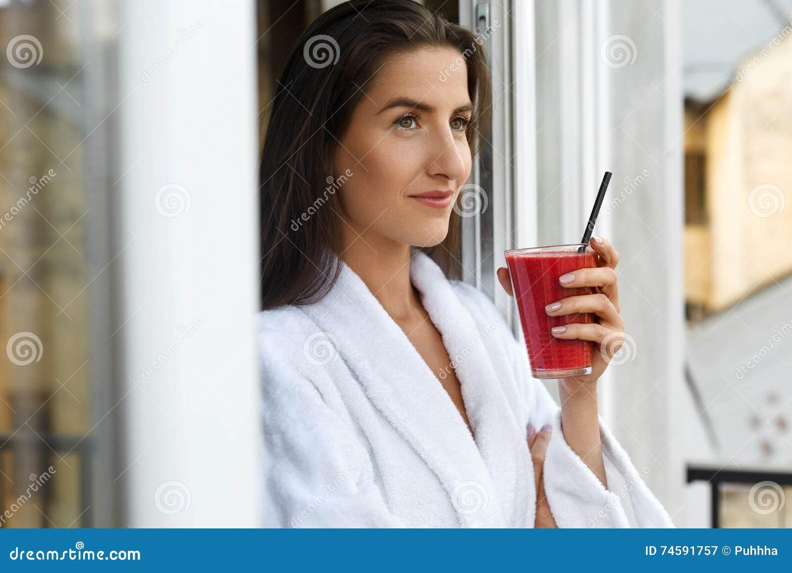 Régime de Detox Femme en bonne santé buvant Juice In Morning frais