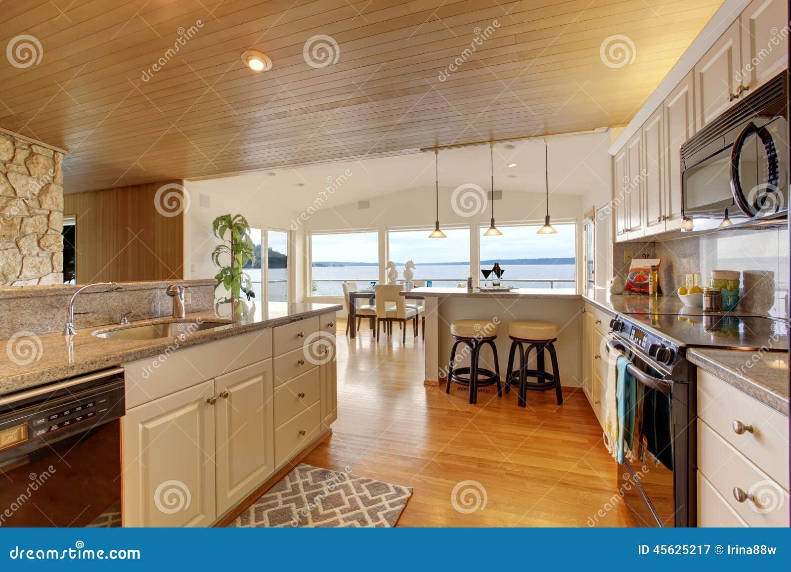 r gion de cuisine avec le plafond et le plancher en bois dur lambriss s image stock image du. Black Bedroom Furniture Sets. Home Design Ideas
