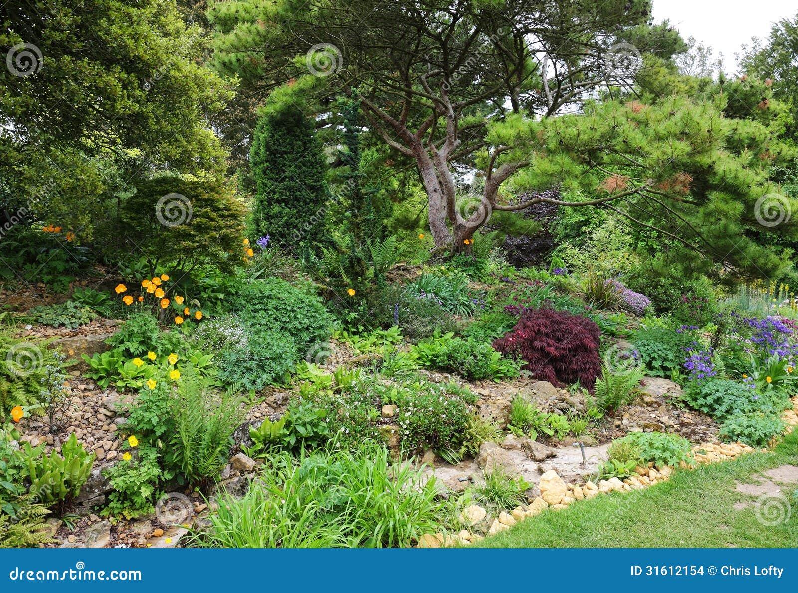 Région De Jardin De Rocaille Dans Un Jardin Anglais Images stock ...