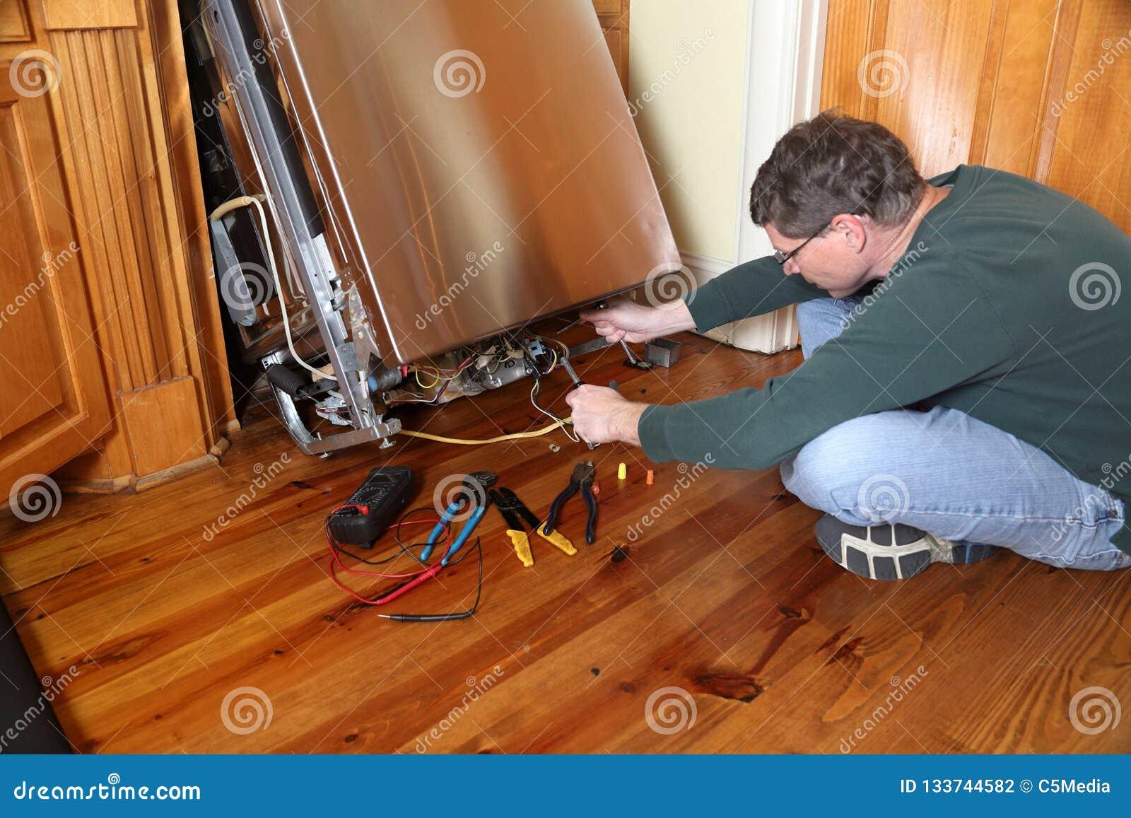 Entretien Du Lave Vaisselle réparation d'un appareil cassé de lave-vaisselle photo stock