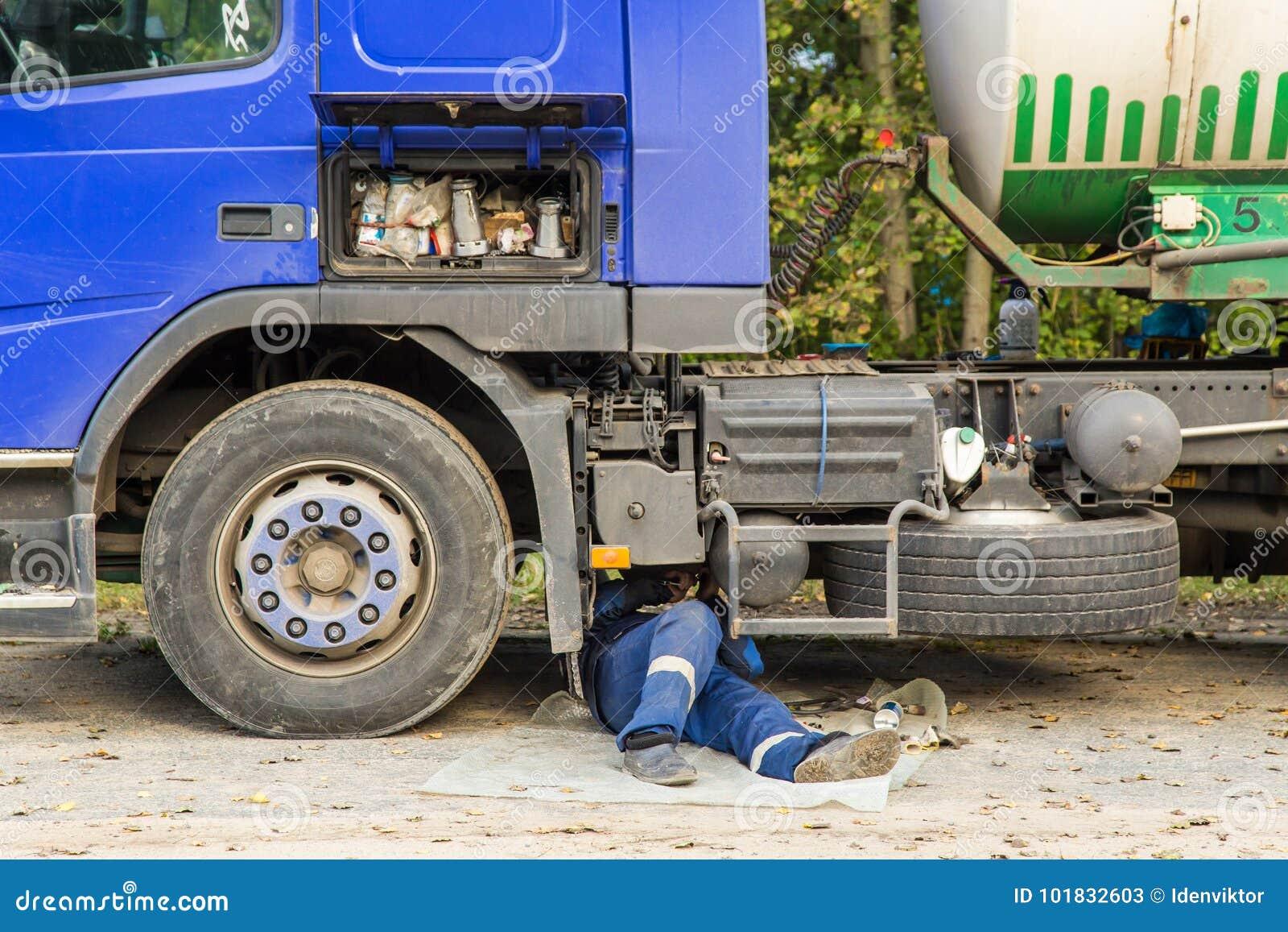 Réparation d une voiture cassée de camion sur la route