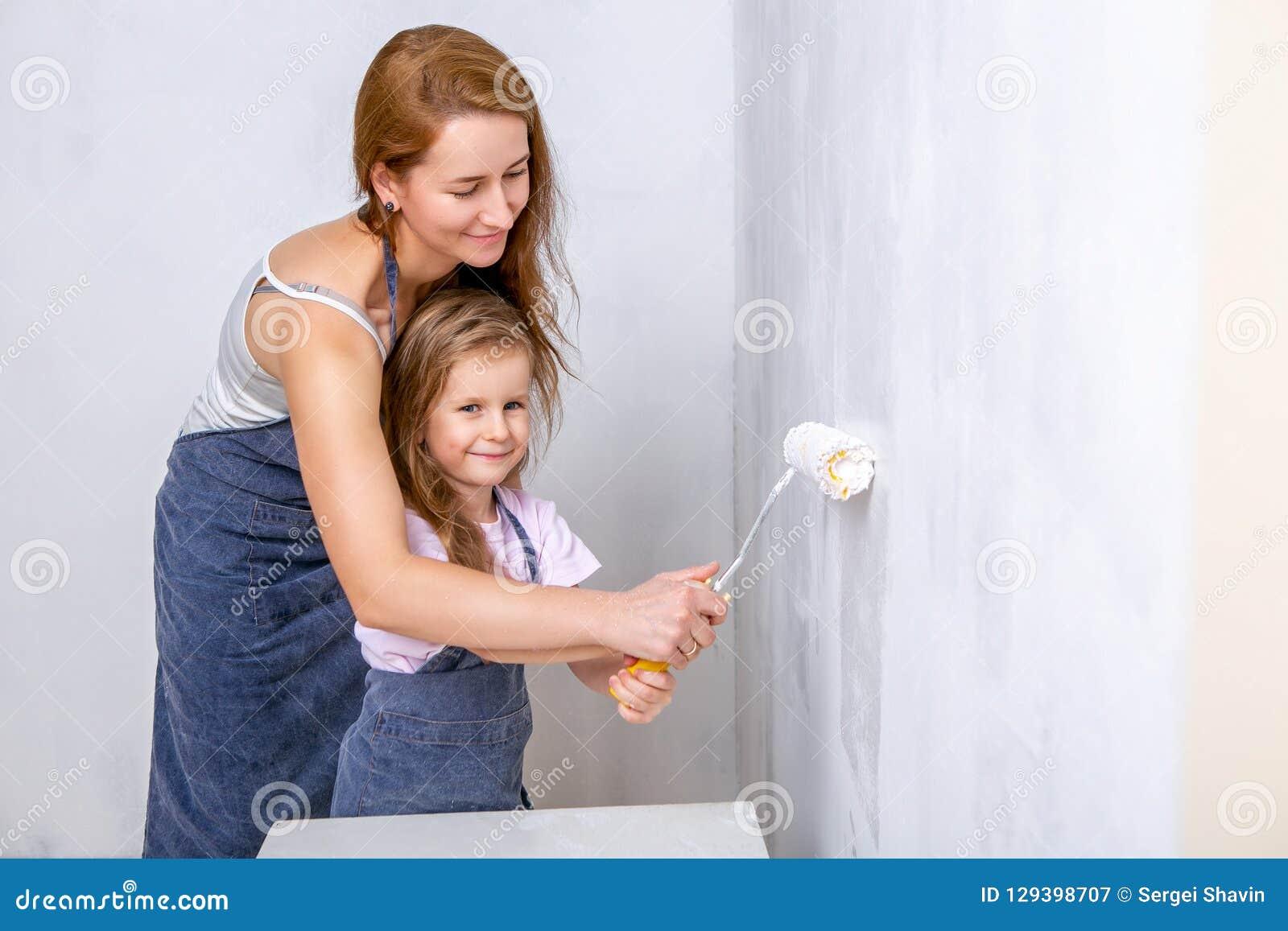 Réparation Dans L Appartement La Mère Et La Fille Heureuses