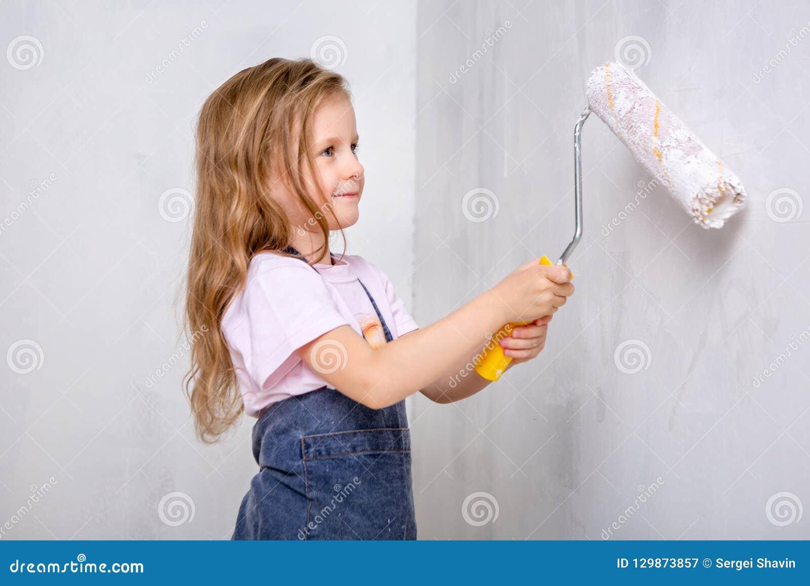 Réparation Dans L Appartement La Mère Heureuse De Famille Et