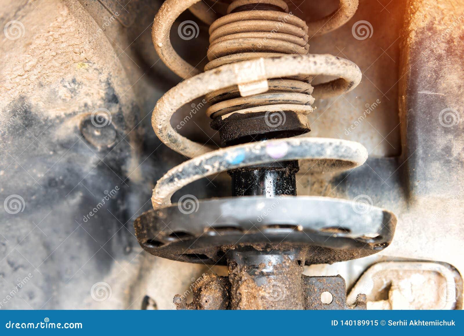 Réparation de l amortisseur de la voiture, un liquide de amortissement coulé