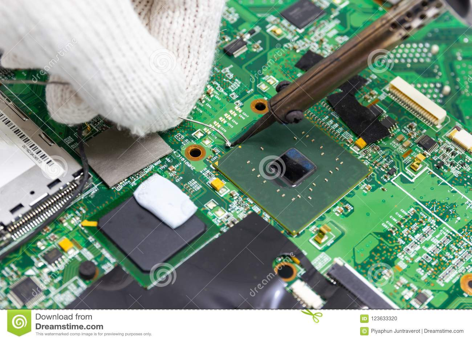 Réparation de technicien électronique de la carte du ` s d ordinateur par les fers à souder