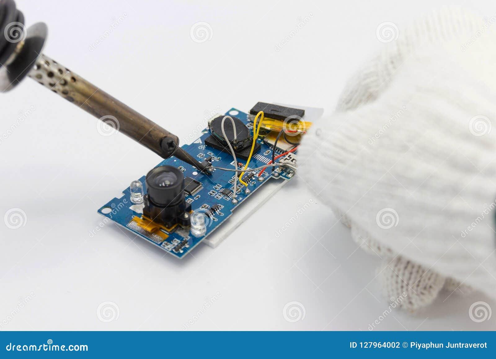 Réparation de technicien électronique de la carte par les fers à souder