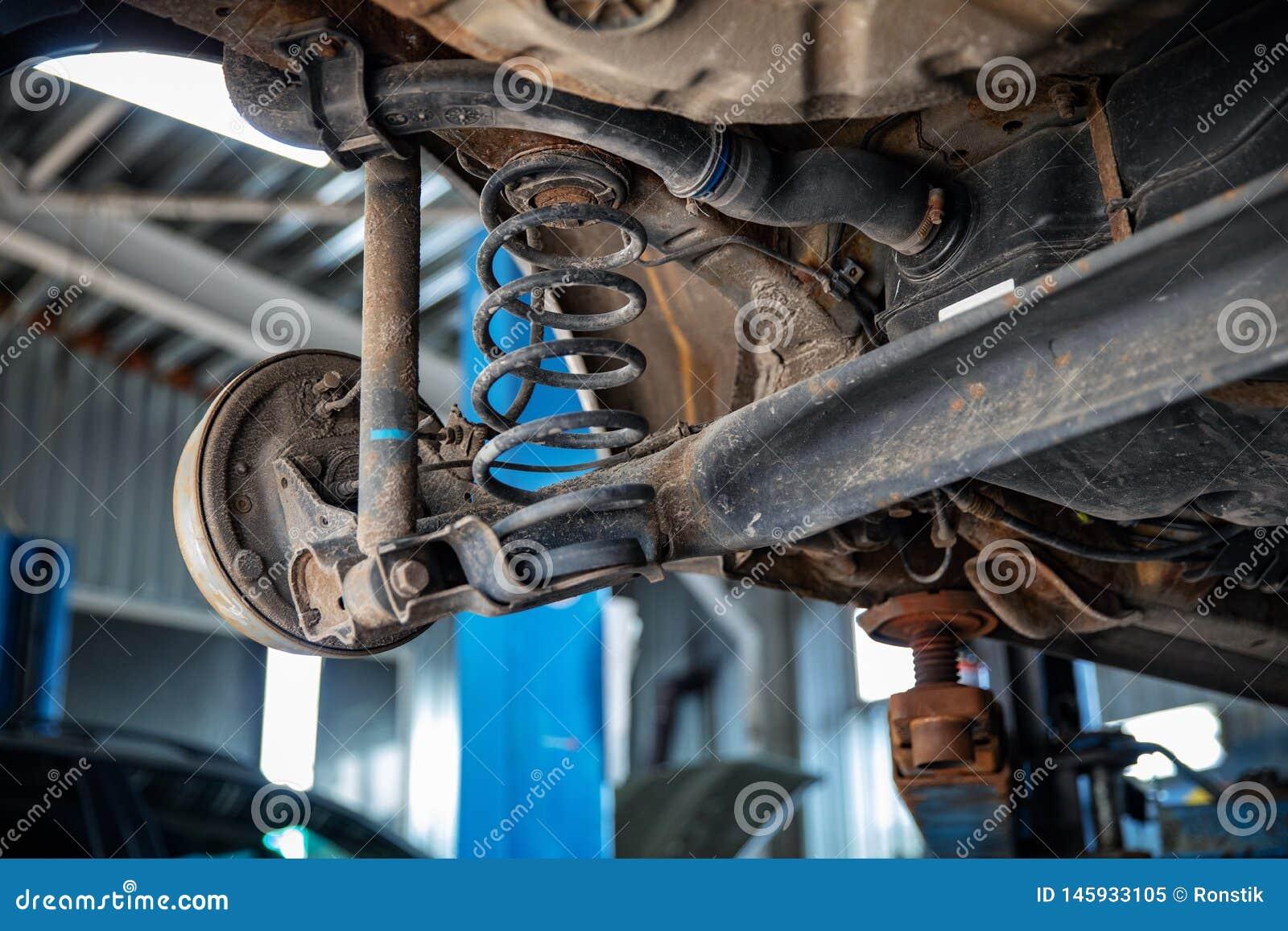 Réparations automatiques et plan rapproché d entretien de suspension de voiture