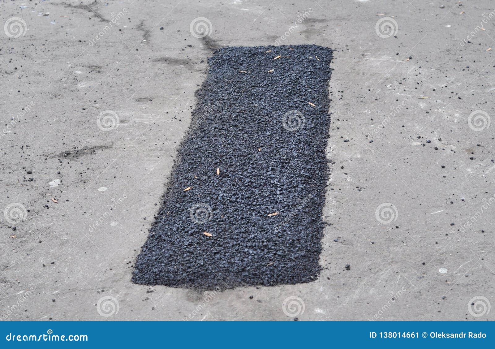 Réparez le trottoir et étendre la méthode de raccordement de nouvel asphalte dehors En construction