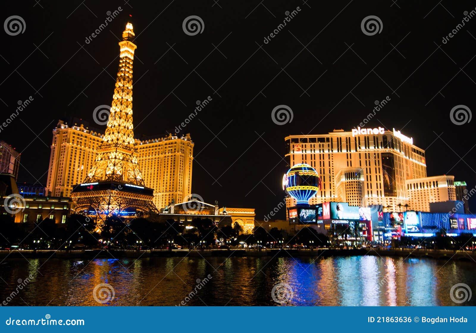 A réplica da torre Eiffel e o hotel Hollywood