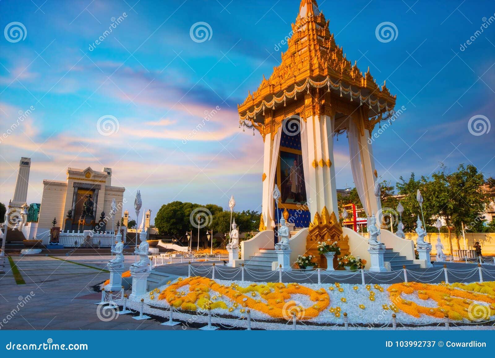 A réplica do crematório real de seu rei atrasado Bhumibol Adulyadej da majestade construído para o funeral real no rei Rama Eu Pa