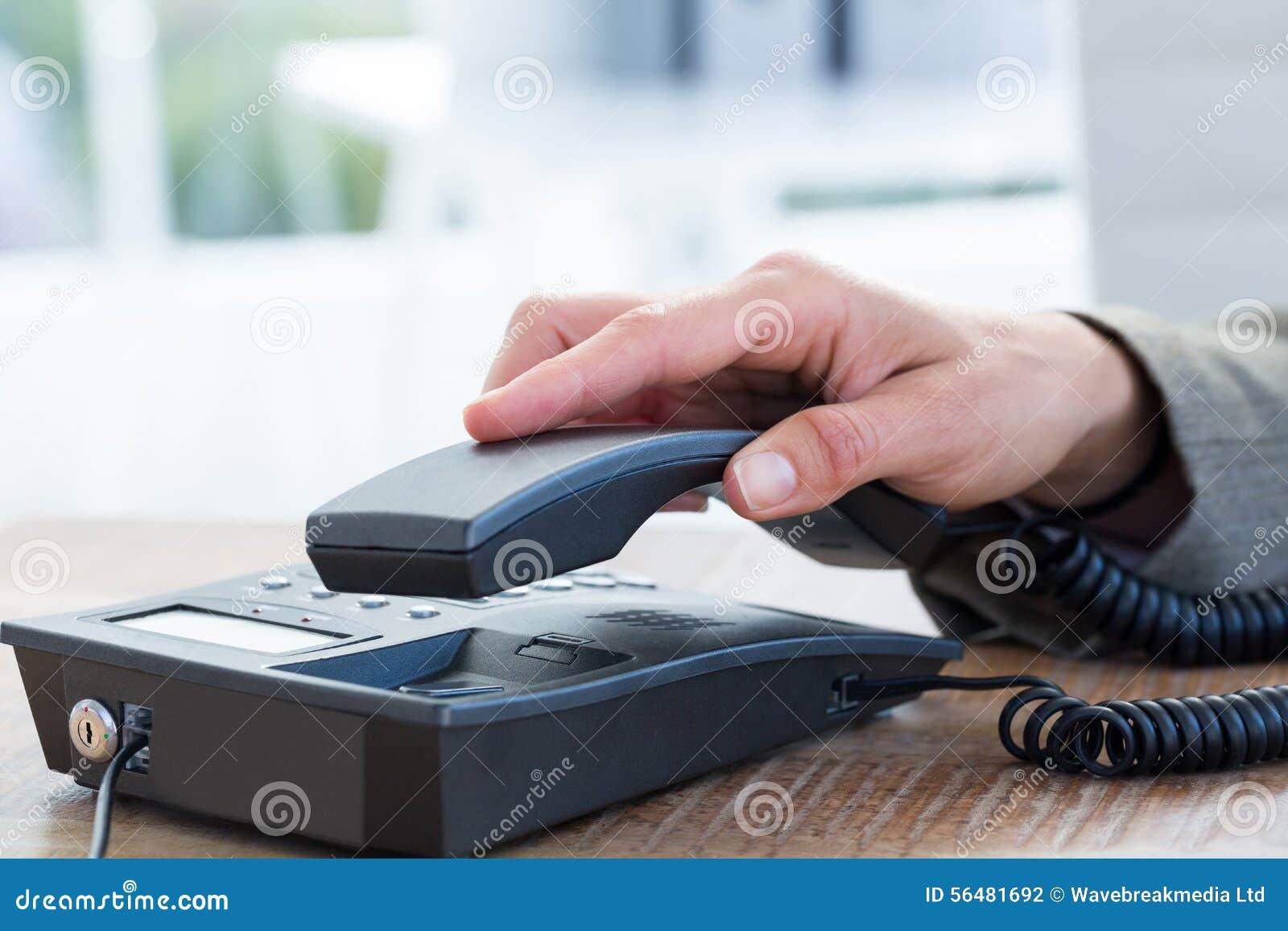 Réponse d homme d affaires le téléphone
