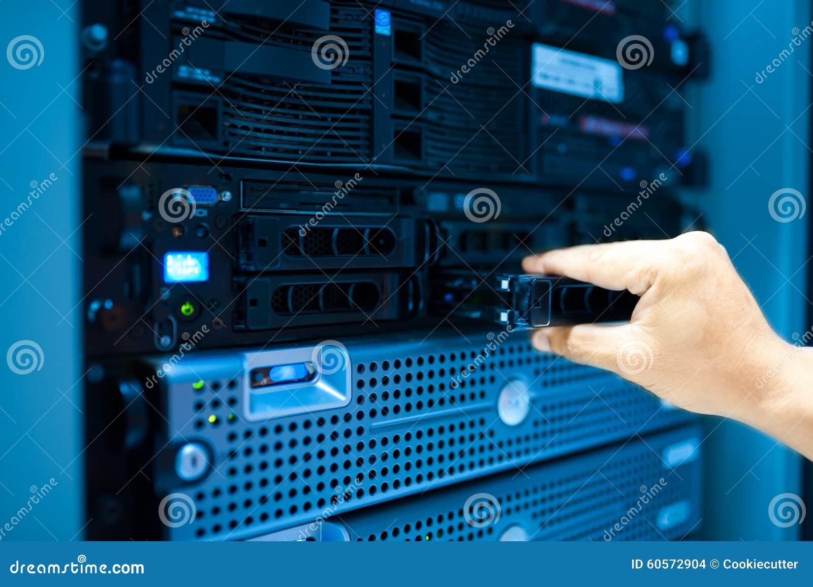 Réseau de serveur de difficulté d homme dans la chambre de centre de traitement des données
