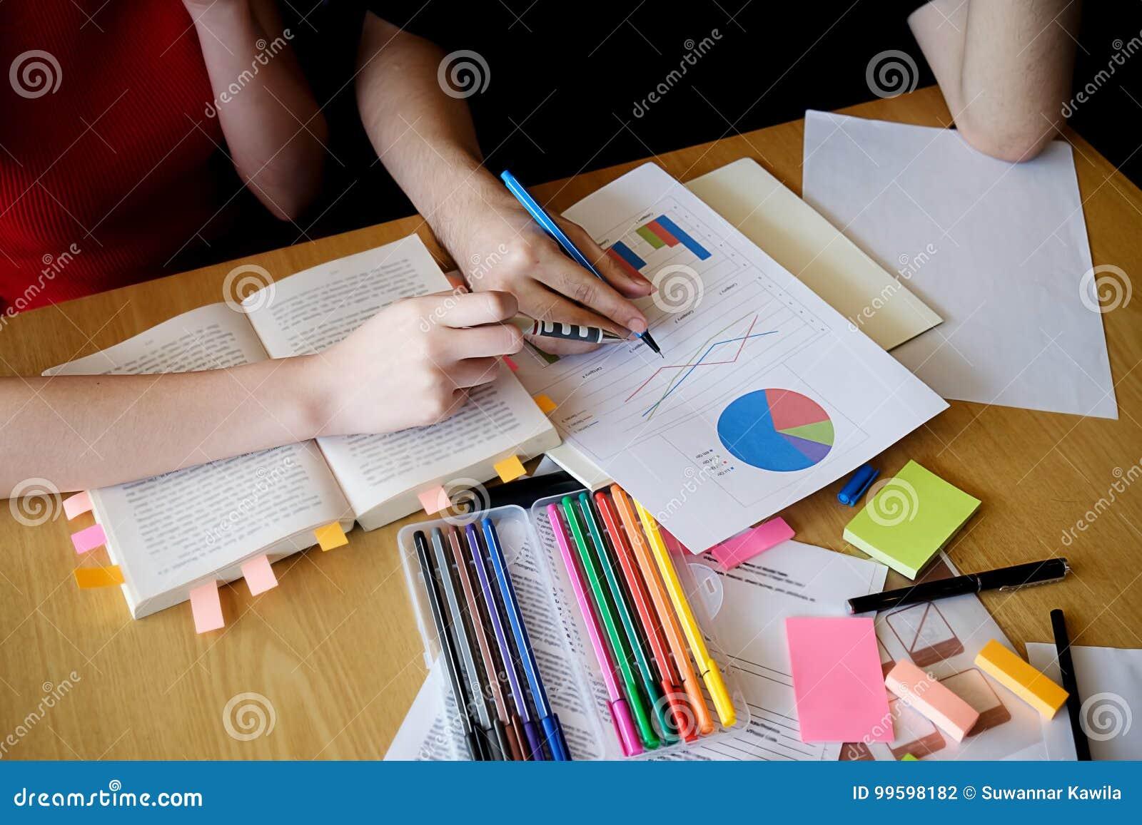 Réserve vieux d isolement par éducation de concept Étudiant étudiant et faisant un brainstorm l escroquerie de campus