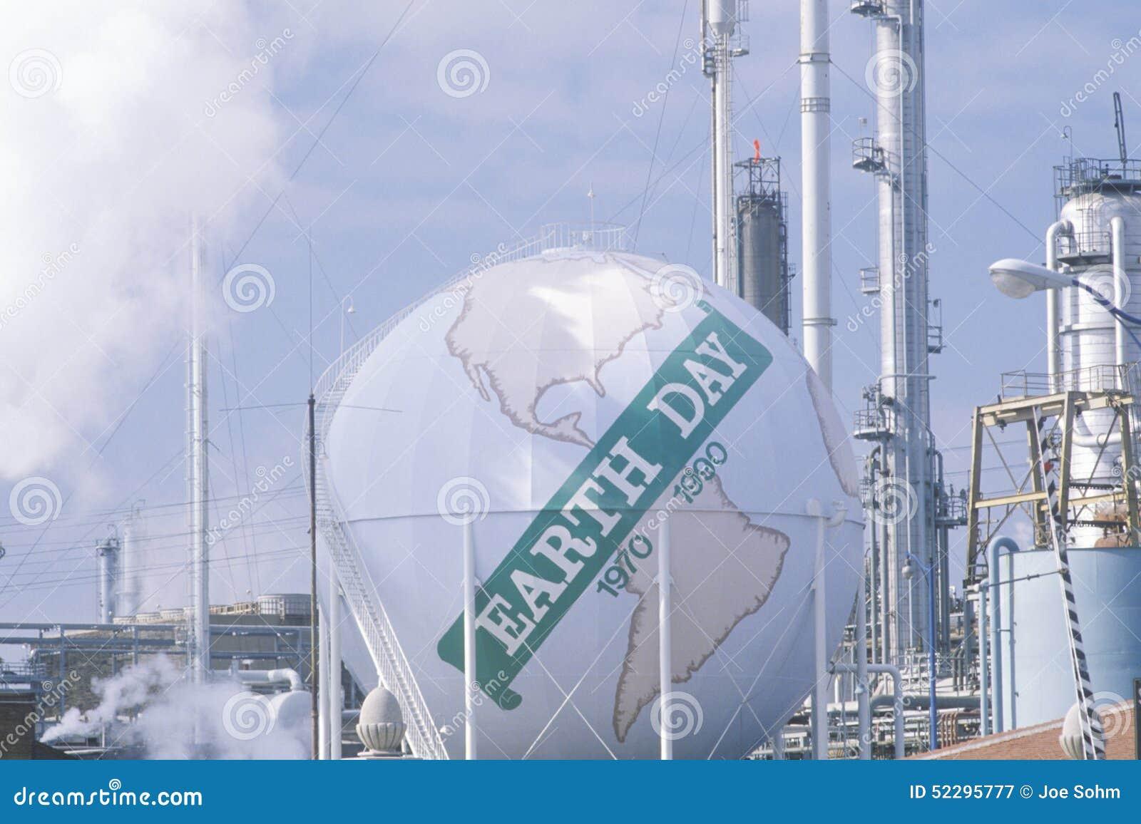 Réservoir peint comme globe avec le jour 1970-1990? à un raffinerie de pétrole d Unocal à Los Angeles, CA de ?Earth de mots