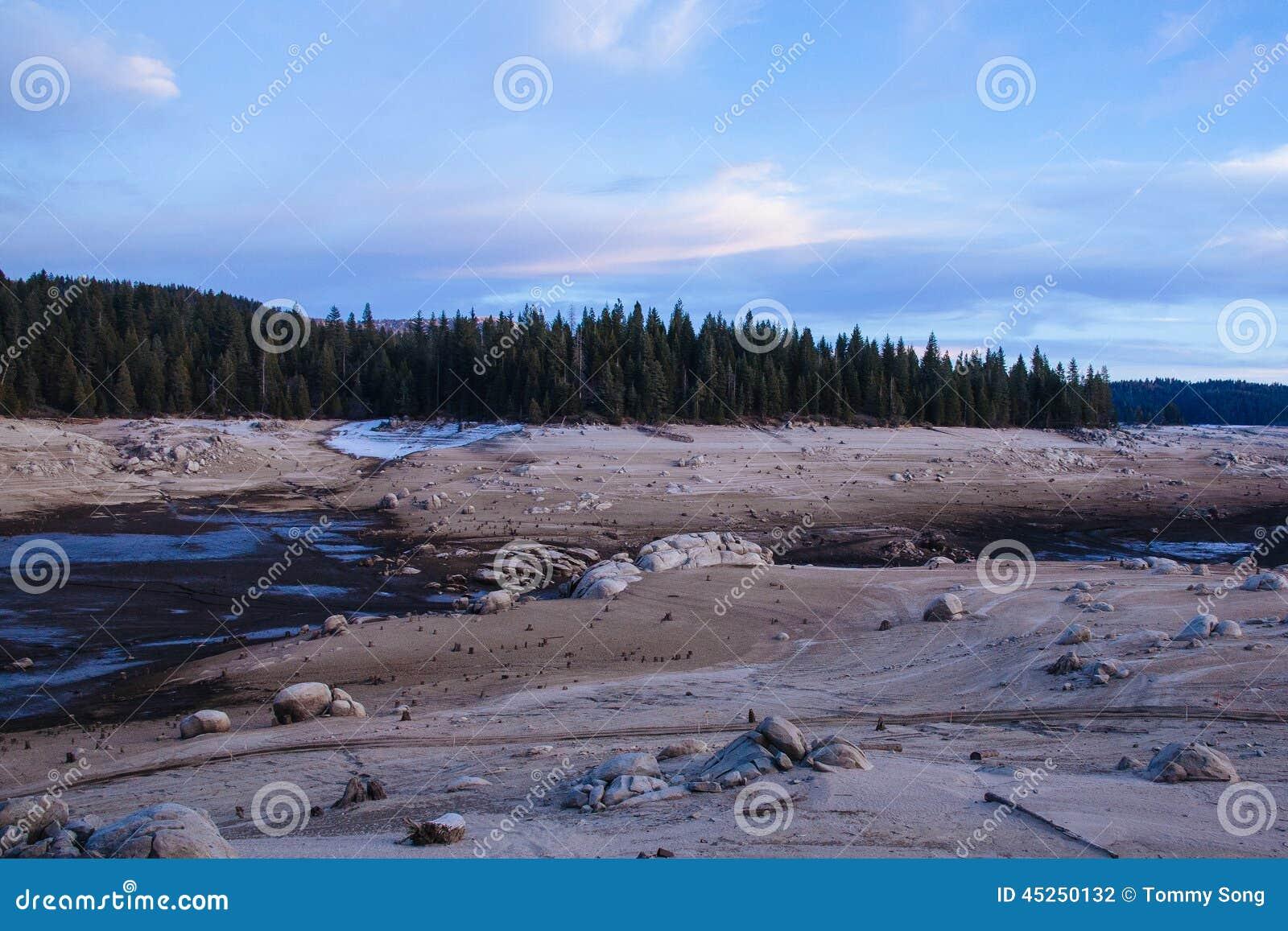 Réservoir vidangé dans Sierra Nevada, la Californie