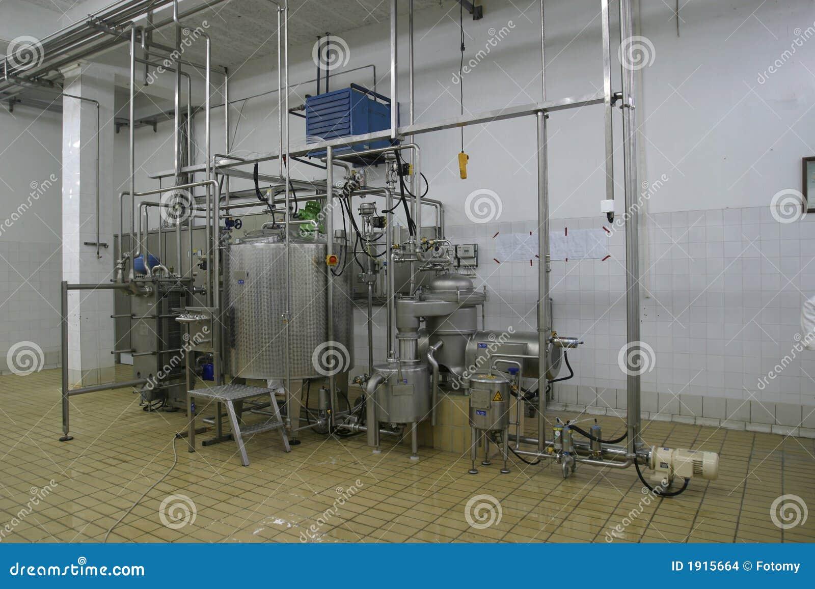 Réservoirs et pipes à température contrôlée dans la laiterie moderne