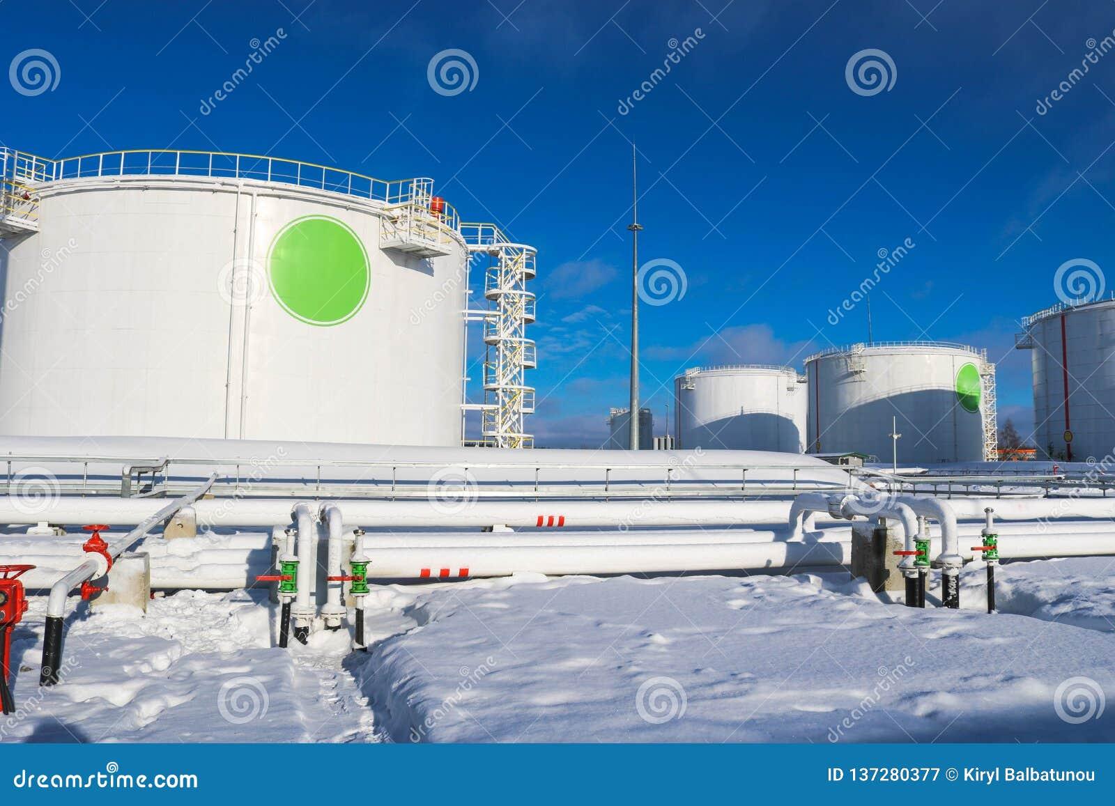 Réservoirs industriels grand en métal blanc de fer pour le stockage du carburant, essence et diesel et canalisation avec des valv