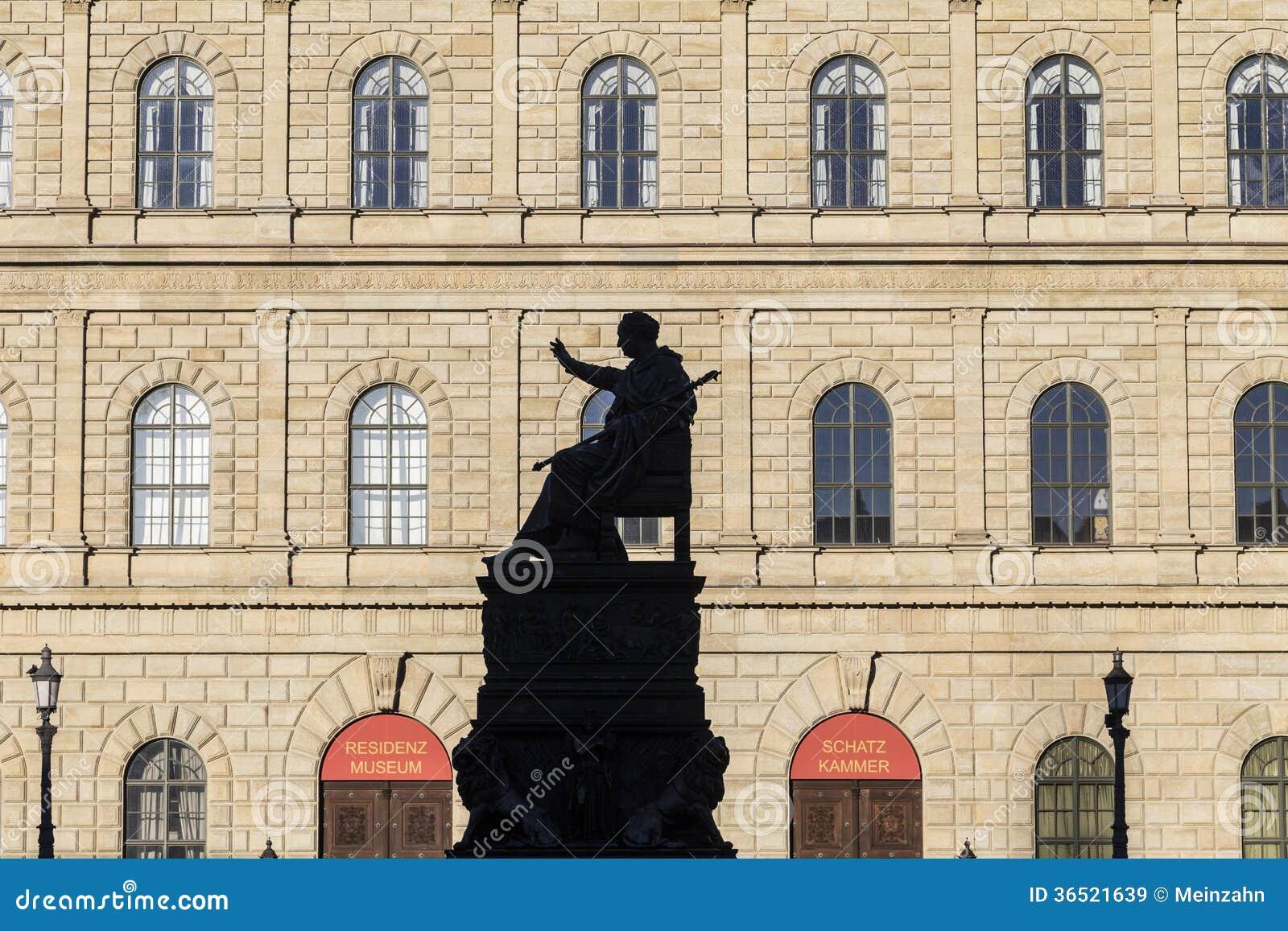 Résidence de Munich avec la statue