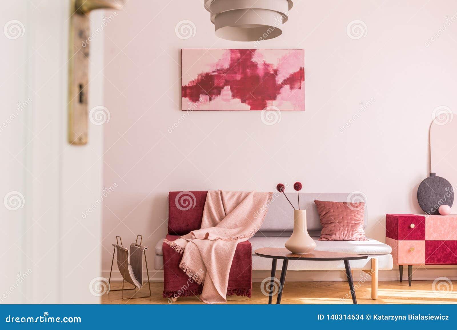 Resume Bourgogne Et Peinture Rose En Pastel Sur Le Mur Blanc Vide Du Salon A La Mode Interieur Avec Le Sofa Et L Armoire Gris Photo Stock Image Du Mode Vide 140314634