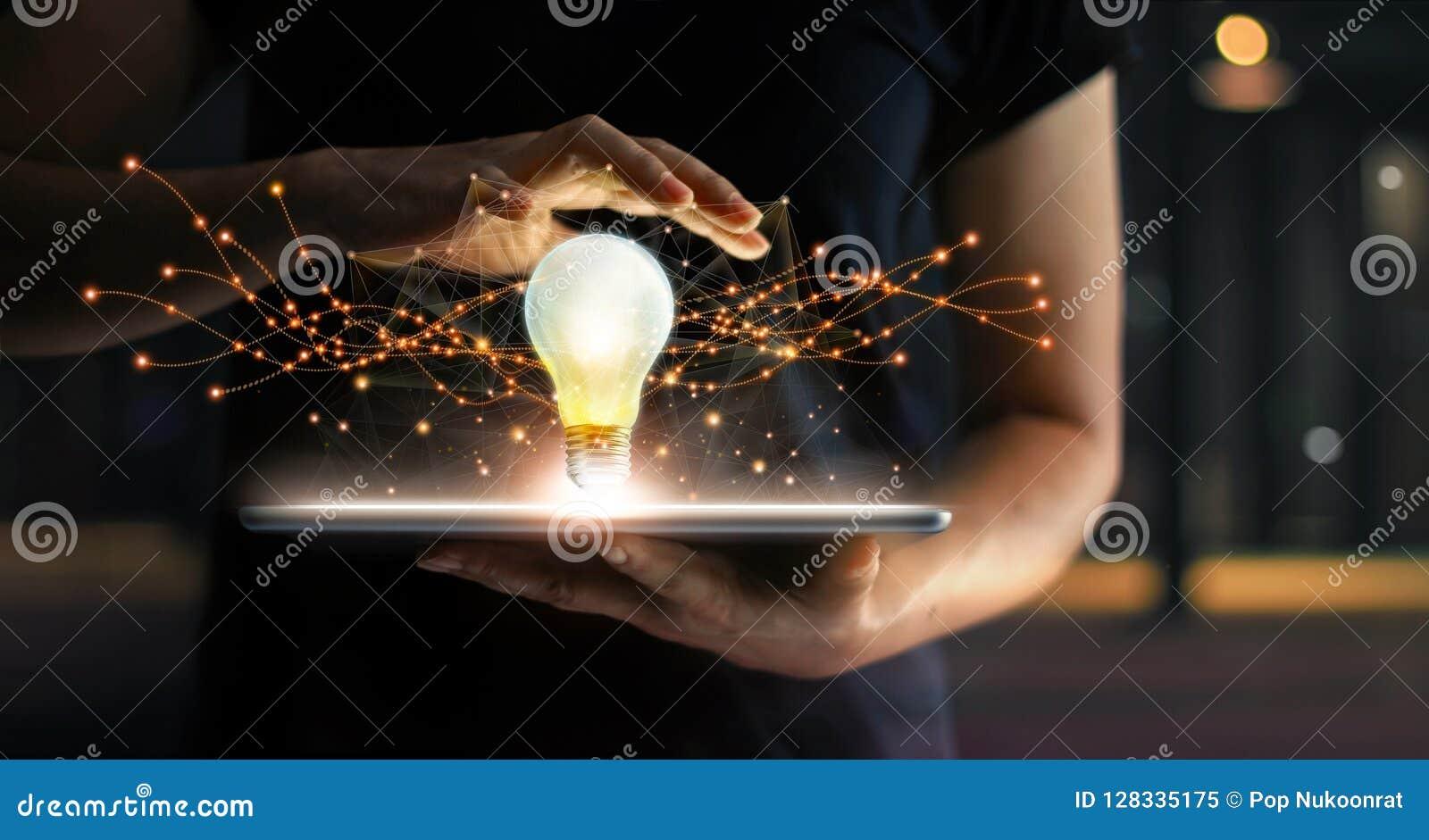 Résumé innovation Mains tenant le comprimé avec l avenir d ampoule