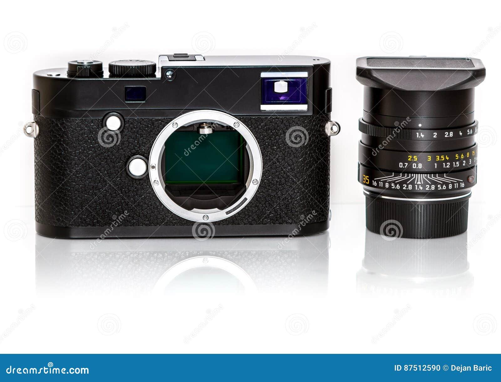 Rétro appareil photo numérique mirrorless moderne du dos, d isolement sur Wh