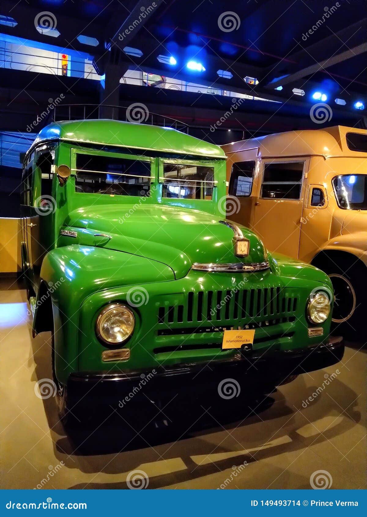 Rétro autobus de cru, exposition de camion dans le musée