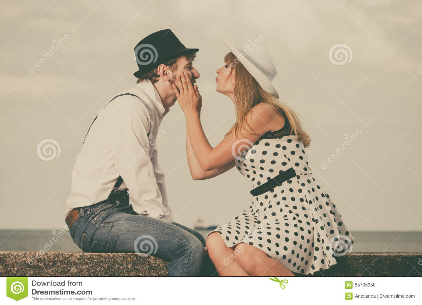 Rétro datation de style de couples affectueux sur la côte