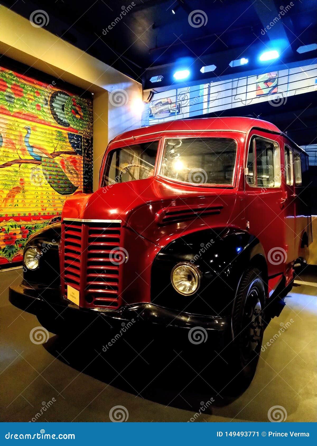 Rétro exposition d autobus scolaire de cru de Dodge dans le musée