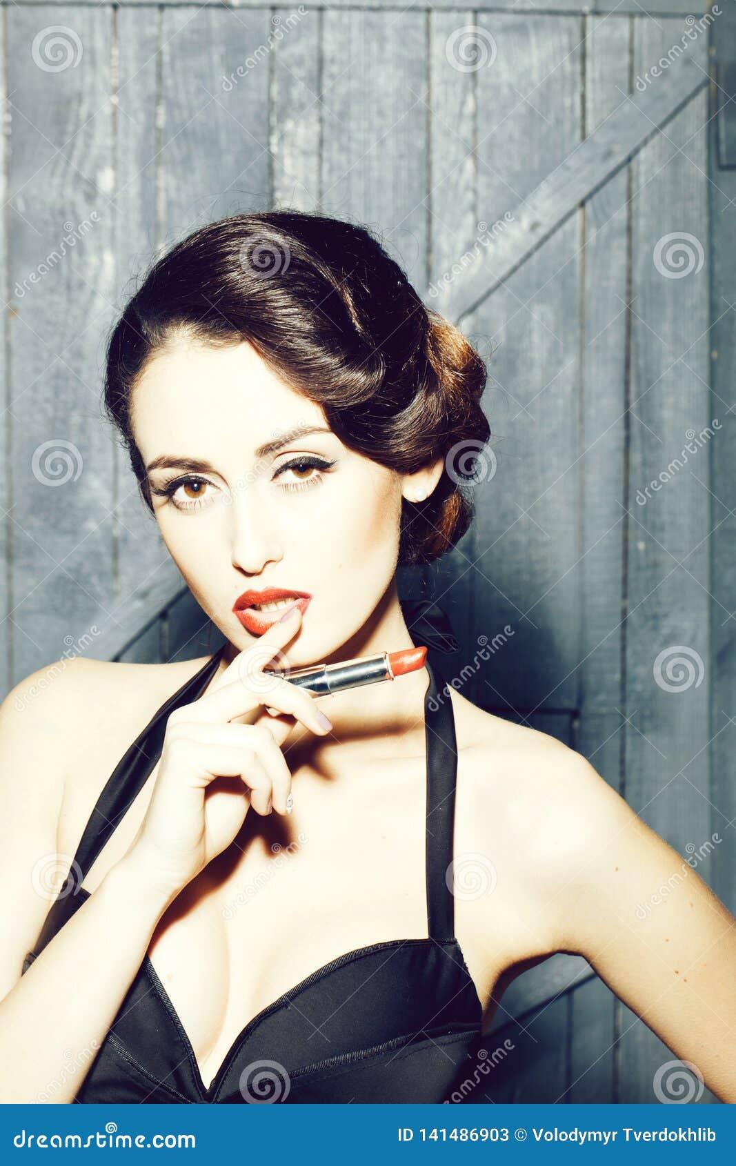Rétro femme avec le rouge à lèvres