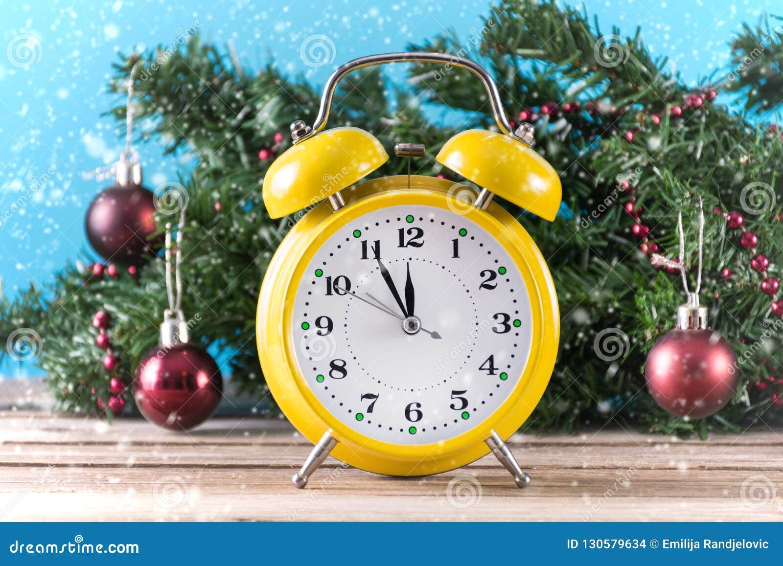 Rétro horloge jaune sur l arbre en bois de bureau et de noël de