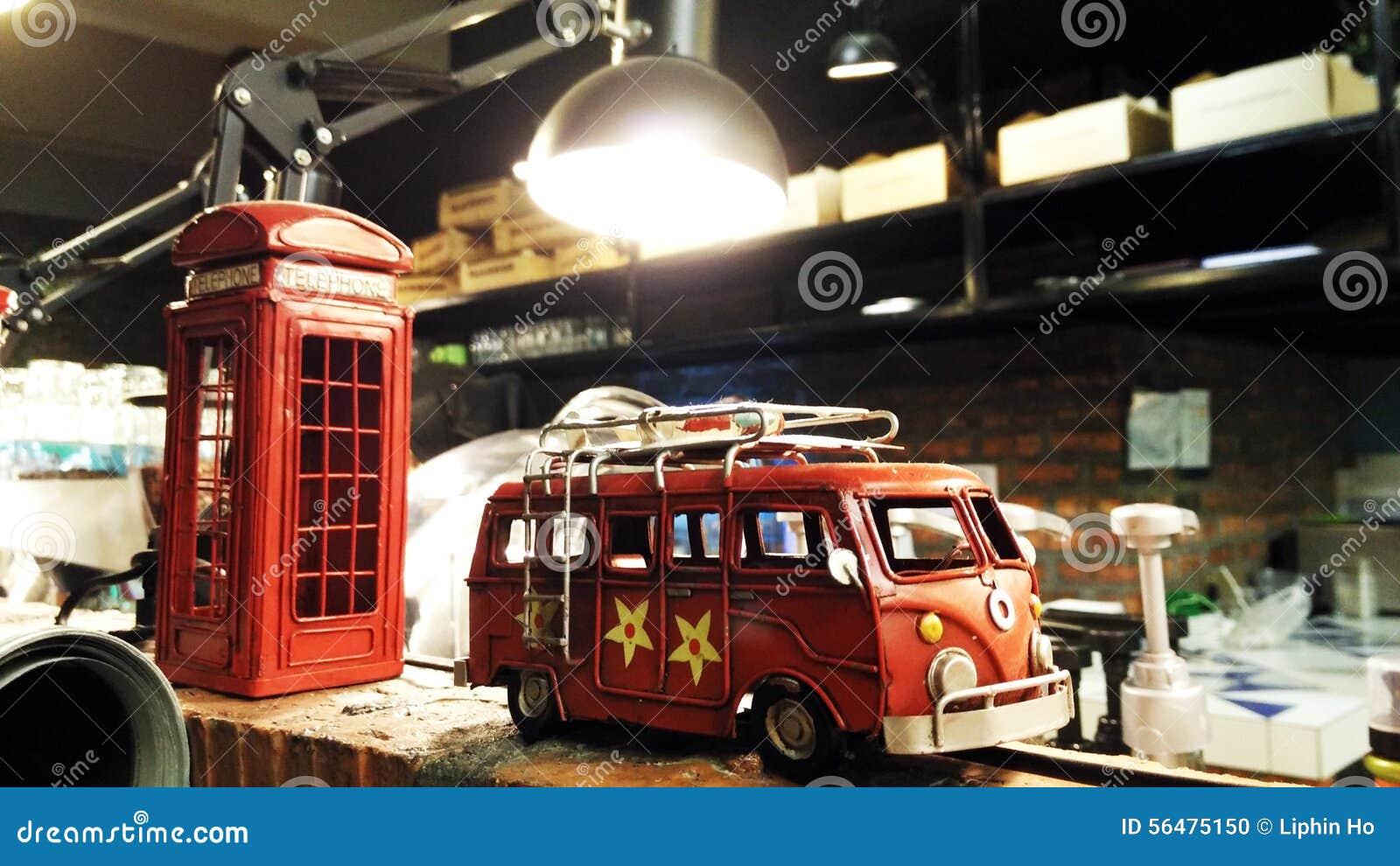 Rétro jouet de voiture de style avec la cabine téléphonique de Londres