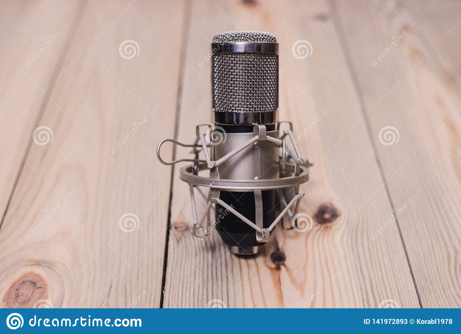 Rétro microphone monté sur une plate-forme en bois avec un volume de