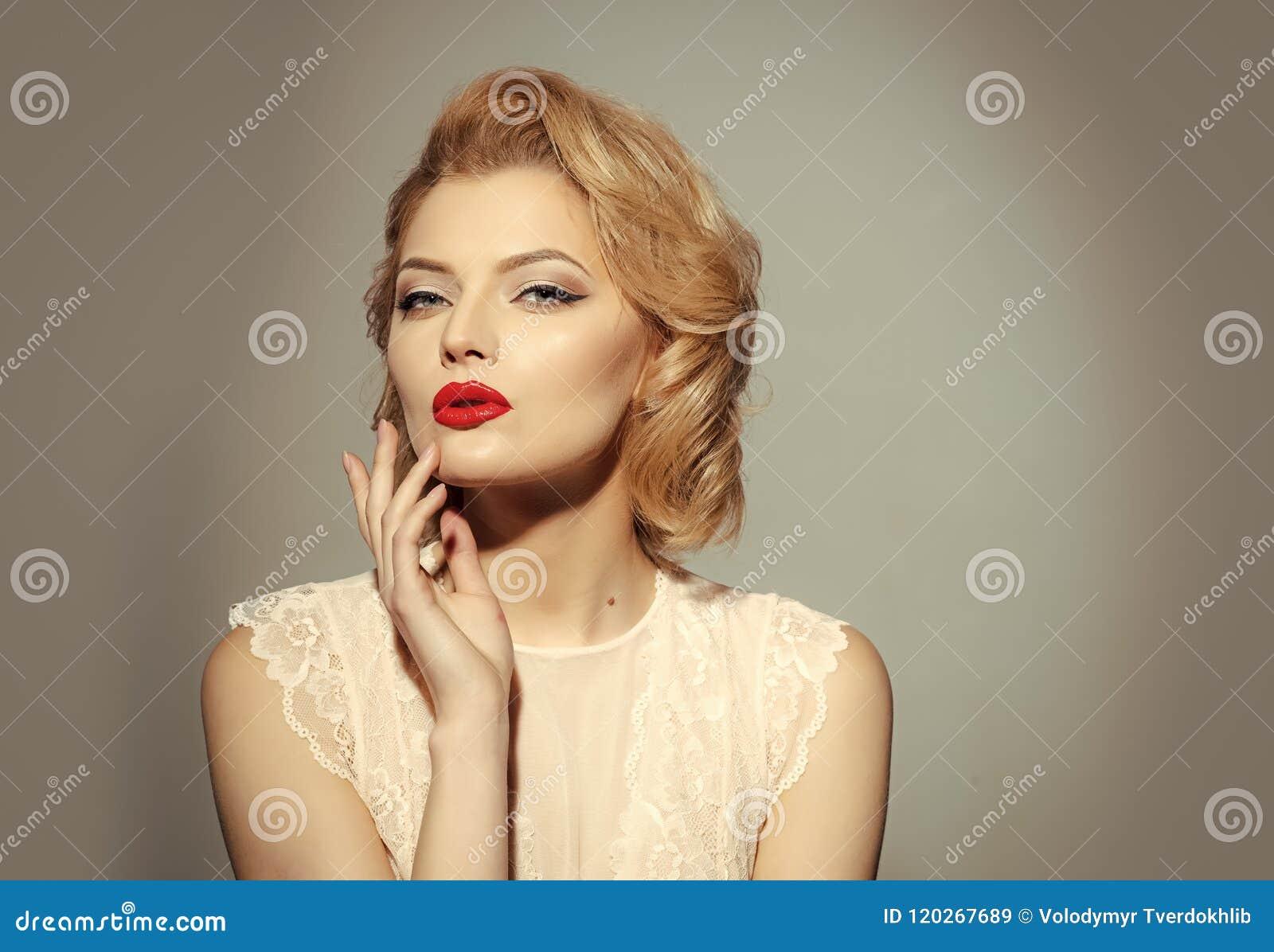Rétro modèle femme de pose à la mode Vintage, soins de la peau, regard