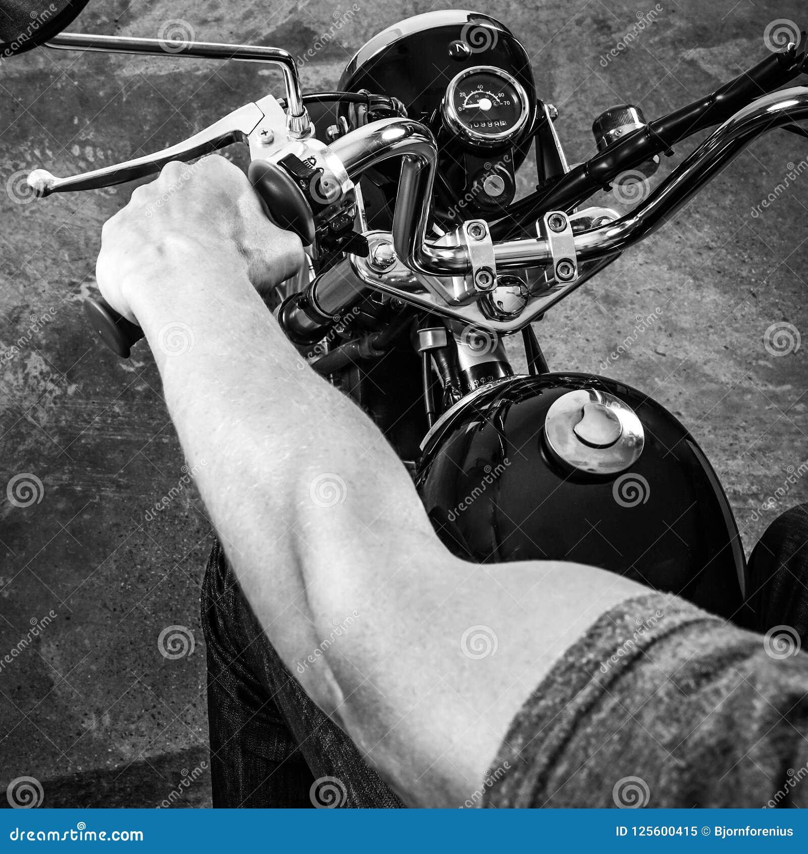 Rétro motocyclette Photo blanche noire d un cycliste musculaire