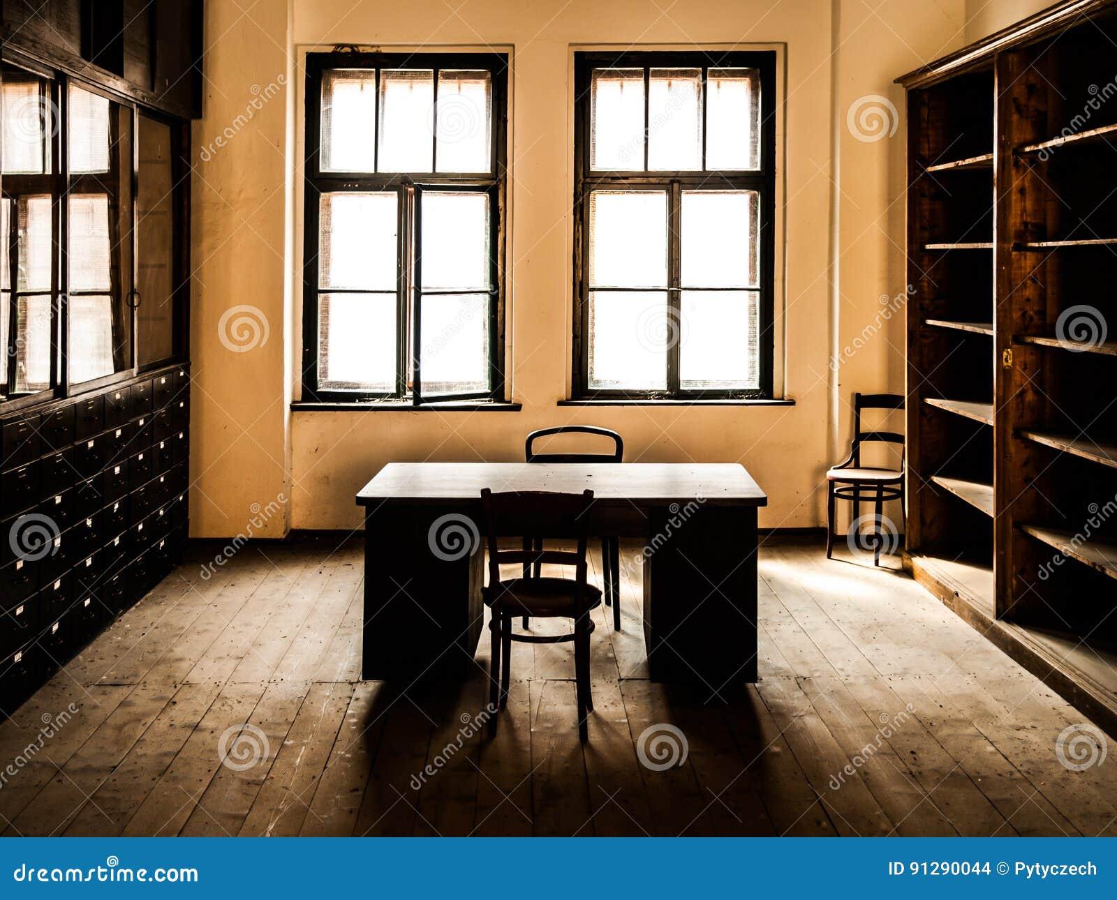 Rétro pièce de bureau de style avec la table en bois les vieilles