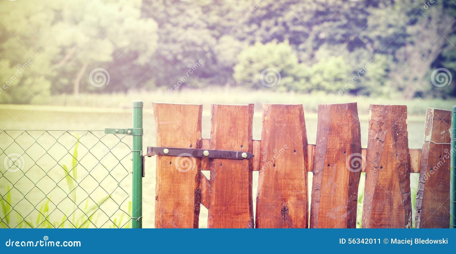 Rétro Porte Et Grillage De Jardin En Bois Image stock - Image du ...