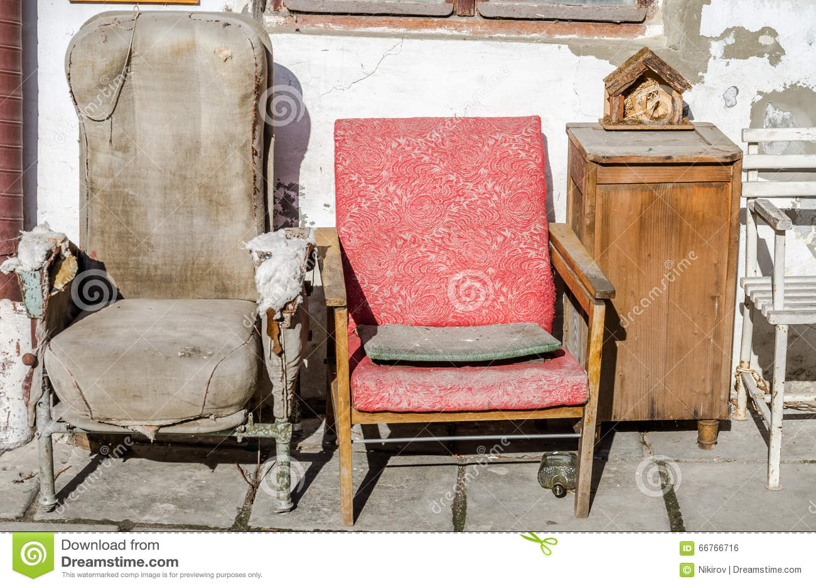r tro reposer cass du vieux vintage deux pose le tissu porvanoy sur un fond de mur blanchi par. Black Bedroom Furniture Sets. Home Design Ideas