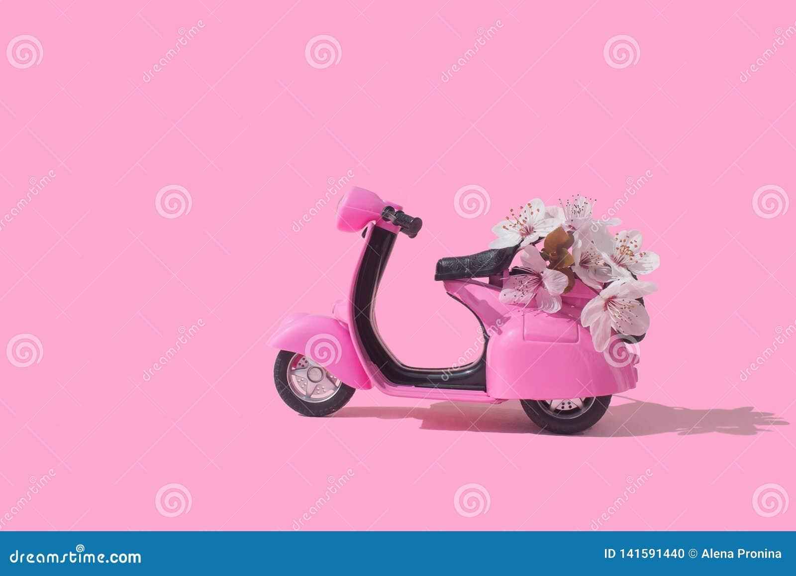Rétro vélo rose de jouet livrant le bouquet des fleurs sur le fond rose 14 février carte, Saint-Valentin La distribution de fleur