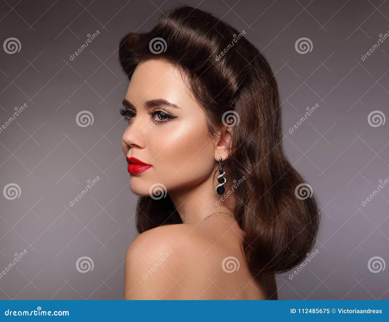 rétro verticale de femme brune élégante avec le maquillage rouge de