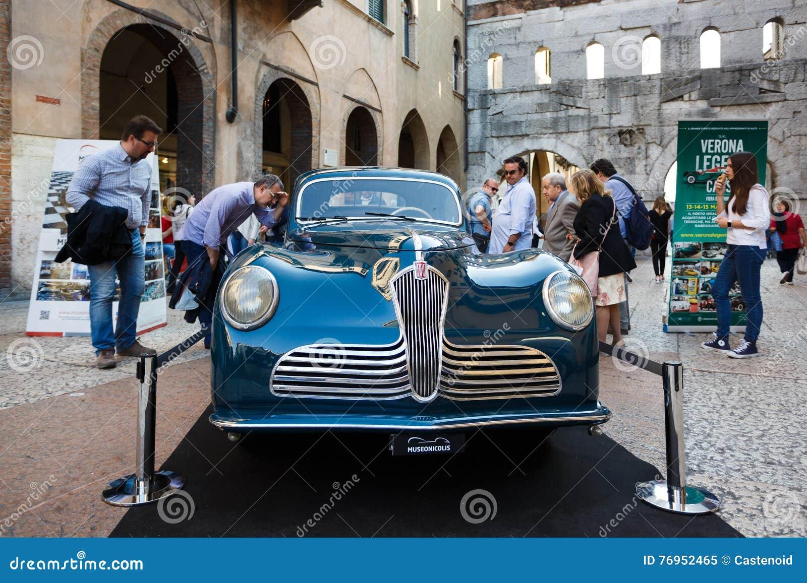 Rétro voiture de Fiat sur la rue de Vérone