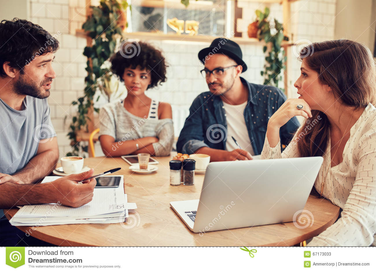 Réunion créative d équipe dans un café pour la discussion d affaires