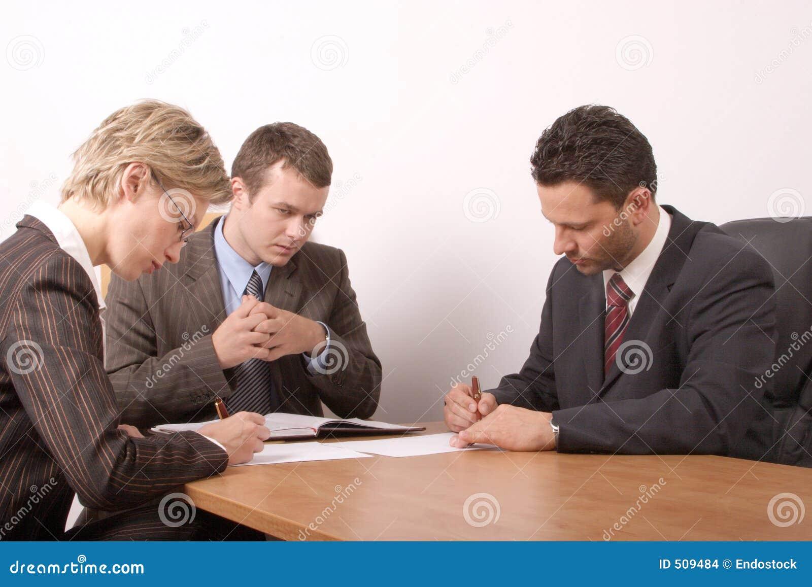Réunion d affaires - 3 personnes - contrat de signature - général
