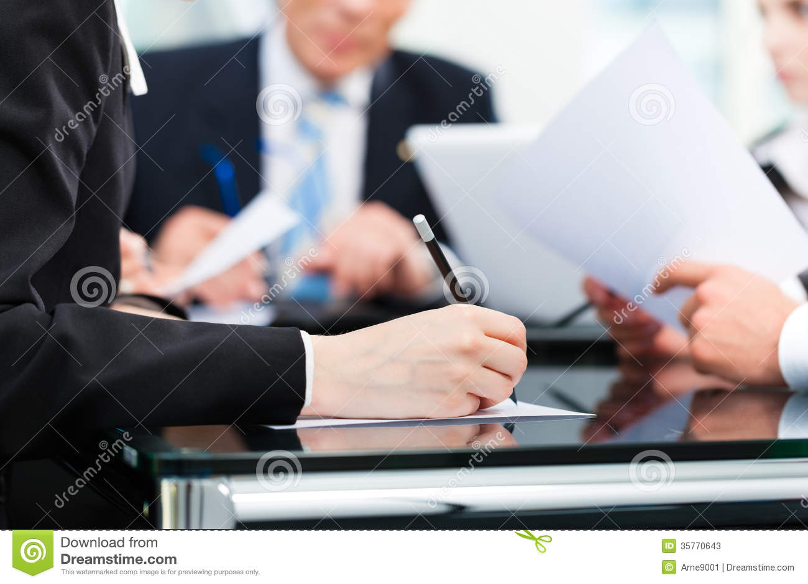 Réunion d affaires avec le travail sur le contrat